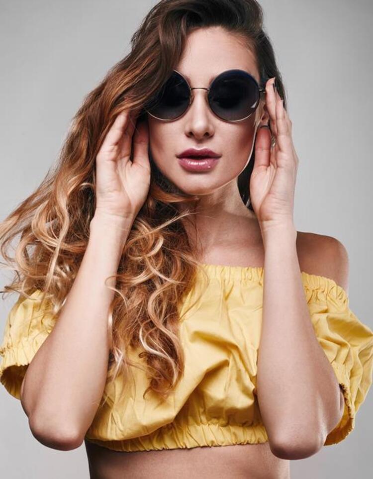 Yazın en sık kullandığımız aksesuarların başında güneş gözlükleri geliyor. Daha güneş gözlüğü almadıysanız veya yeni model bir gözlük daha satın almayı düşünüyorsanız galerimizdeki gözlük modellerine bir göz gezdirin deriz:)İşte 2016nın en şık gözlük modelleri...