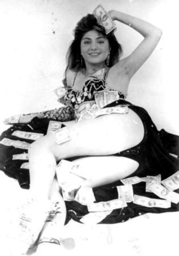 Sibel Canın dansözlük yaptığı yıllardan kalma bir fotoğraf.Ünlünün foto galerisi için tıklayın...