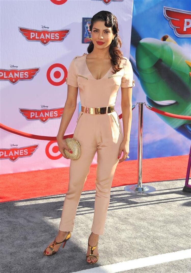 Sonbahar yaklaşırken ünlüler de yavaş yavaş elbiselerden uzaklaşıyorlar. Bu hafta ünlüler kıyafetlerinde en çok tulumları tercih ettiler. Tulumunu olağanüstü bir kombinle tamamlayan  Priyanka Chopra'yı haftanın en şık kadını seçtik. Kristen Stewart'ın da monokrom tulumuna ayrıca bayıldık. Ancak bu hafta elbise tercih eden ünlülerin de gayet şık olduğunu söyleyelim. Bakalım siz en çok hangi kıyafeti beğeneceksinizModa Kanalları Editörü: Duygu ÇELİKKOL