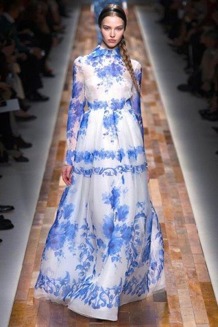 2013/2014 Sezonunda egzotik desenler yine revaşta olacak. Sonbaharda bile yazın sıcaklığını hissettirecek olan bu desenler rahatlık ve şıklıklığı bir arada yaşamak isteyenler için ideal bir tercih Biz en çok yaratıcı tasarımlar ve rahat dokular ile hazırlanmış elbise modellerini çok beğendik...Moda Kanalları Editörü: Duygu ÇELİKKOL