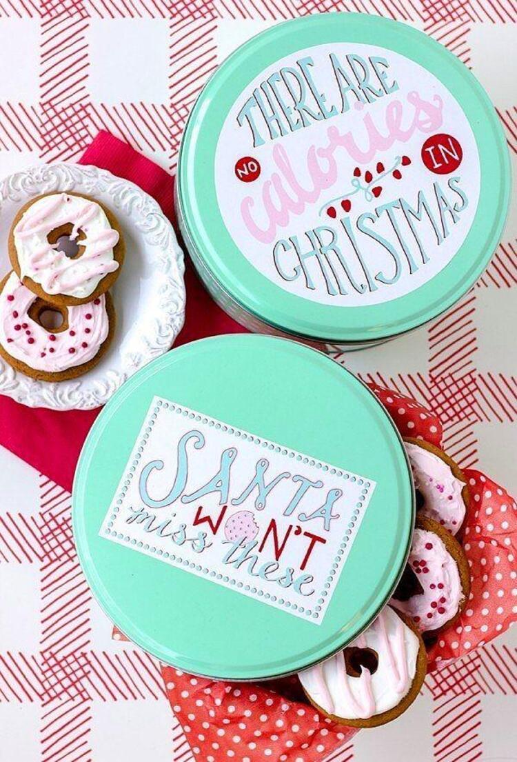 Yılbaşı kurabiyelerinizi kutulara doldurup masaya renk katabilirsiniz.