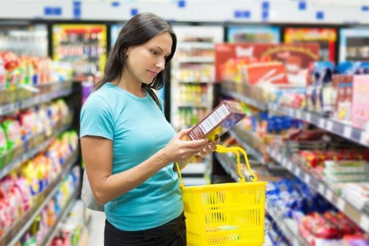 Son yıllarda hazır gıdaların içerikleri ile ilgili bilinç düzeyi giderek yükseliyor. Artık pek çok kişi, yediği besinin neler içerdiğini bilmek, buna göre sağlıklı ve dengeli beslenmek istiyor. Ancak bu hazır gıdaların içeriğinde neler olduğunu öğrenmek pek çok kişi için yabancı dil öğrenmek gibi.Acıbadem Üniversitesi Atakent Hastanesi Diyetisyeni Alev Erkan, bilinçli bir gıda tüketicisi olmak için besin etiketlerini doğru okumanın tüyolarını veriyor...