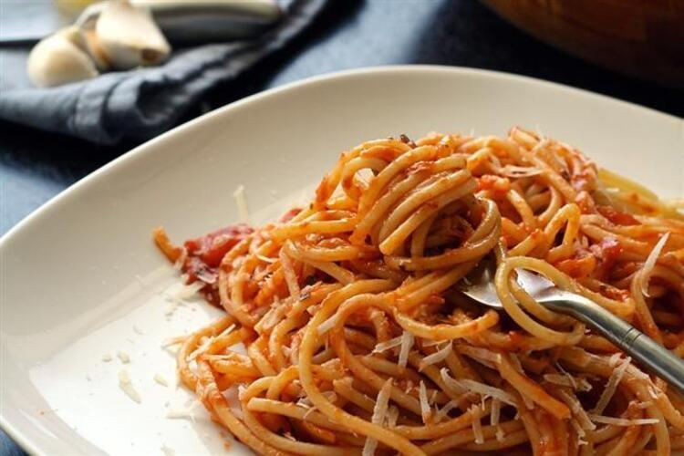 1 porsiyon domates soslu makarna: