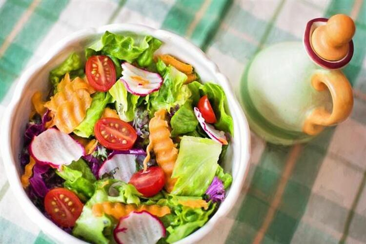 Öğle yemeğinde bol yeşillikli ve protein dolu bir salata