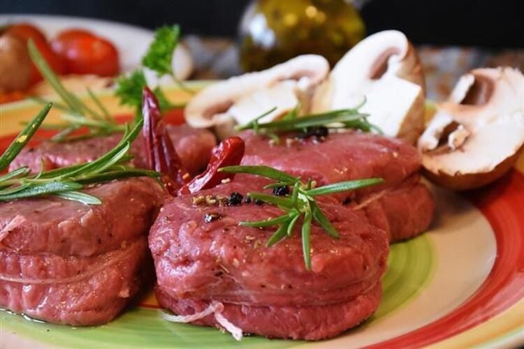 Dolmalar, kızartmalar, hamur işi tatlılar… Birbirinden lezzetli ikramlar bayramlarda sofraları süslüyor. Kurban Bayramı'nın olmazsa olmazı ise kırmızı et. Öğle yemeğinde, hatta kahvaltıda bile kırmızı et tüketilebiliyor. Ancak dikkat Kırmızı et her ne kadar kaliteli protein kaynağı olsa da, aşırı ve bilinçsizce tüketildiğinde hazımsızlıktan kalp krizine kadar önemli sağlık problemlerine neden olabiliyor. Beslenme ve Diyet Uzmanı Özge Öçal