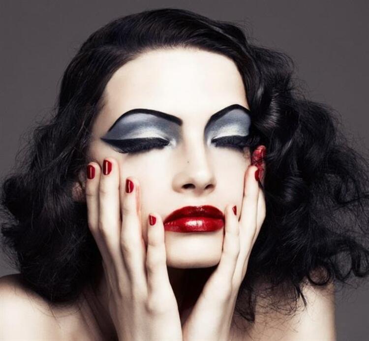 2) Aşırı Makyaj Ve Süslenme