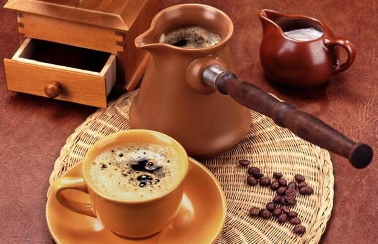 Çoğu insan güne uyku açma özelliği ile bilinen kahve ile başlar. Ancak bazı durumlarda kahve tüketimine dikkat etmek gerekir. Peki diyet esnasında kahve nasıl tüketilmeli