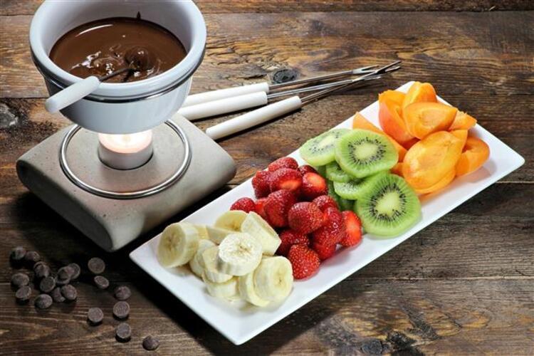 Erimiş çikolataya, meyveleri banarak keyifle yiyin Çikolatalı Meyveli Fondü