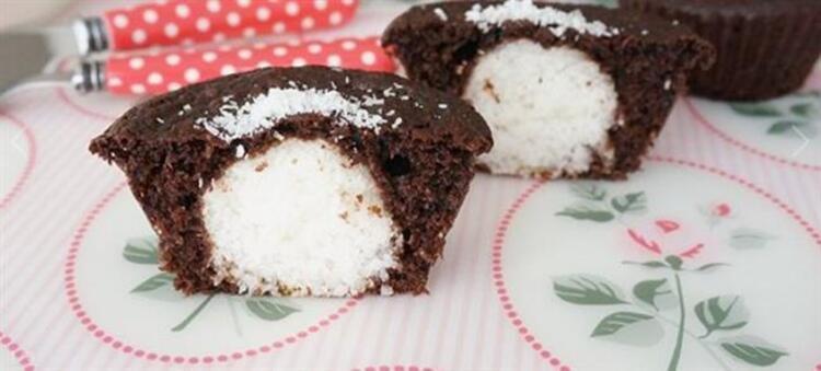 Tam bir lezzet bombası Hindistan cevizinin eşsiz tadını her ısırışınızda çikolatayla beraber hissedeceksiniz: Hindistan Cevizli Sürpriz MuffinMalzemeler: