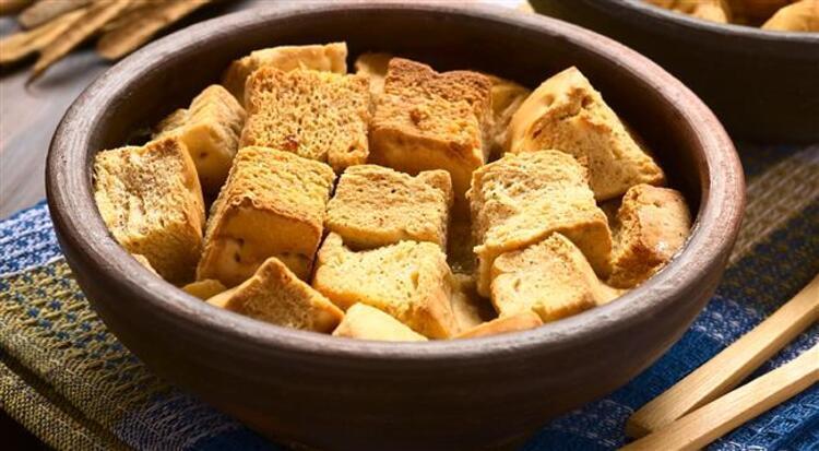 Bayat ekmeklerle çorbalara farklı lezzetler katın