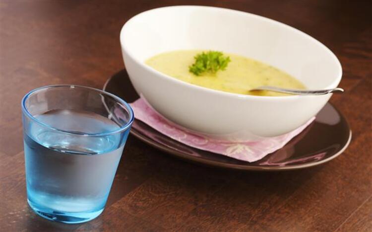 Katılaşmış çorbalara su ekleyin