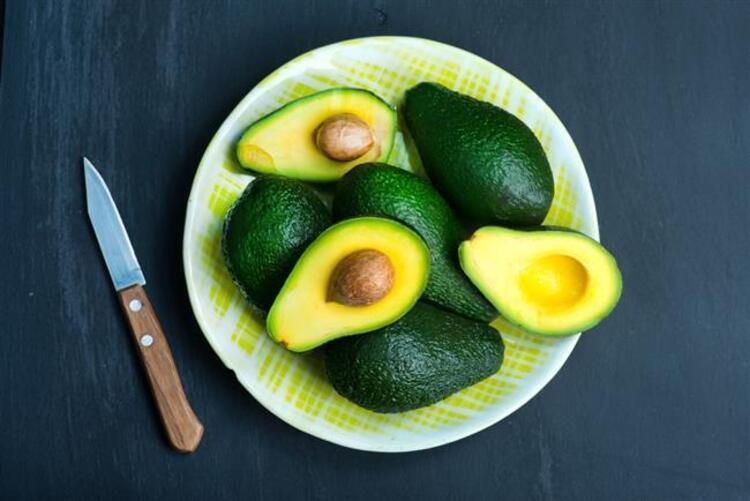 Yanlış beslenme alışkanlıkları, zararlı mikroorganizmalar, stres, negatif duygular ve çevresel kirlilik vücudun asit alkali dengesini bozarak hastalıklara davetiye çıkaran faktörler arasında yer alıyor. Tüm bunlara rağmen bazı besinler alkali dengesinin korunmasına ve vücudun sağlıklı kalmasına katkıda bulunurken, özellikle avokado besleyici değeri ve lezzetli tarifleri ile öne çıkıyor. Uzmanlar tok tutucu aynı zamanda sindirimi düzenleyici özelliği ile avokadoyu ramazanda sıklıkla öneriyor. Beslenme Danışmanı Uz. Dyt. Yeşim Temel Özcan, avokadonun faydaları hakkında bilgi verdi…