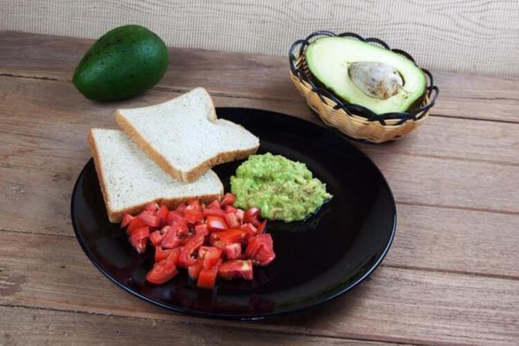 Domatesli ve avokadolu sandviç