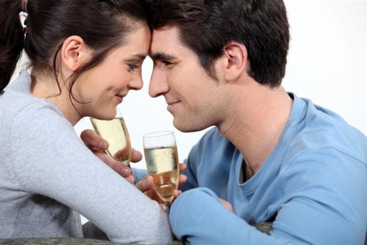 4-Aşk yargılamaz ve üstün değildir