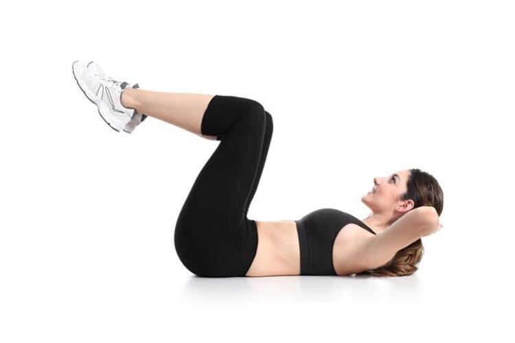 Şimdi üst bölgeden biraz daha karın kaslarımızın alt bölgelerini çalıştıracağımız hareketlere geçelim 4. hareketimiz ''Lying Knee Sit up Crunch'';