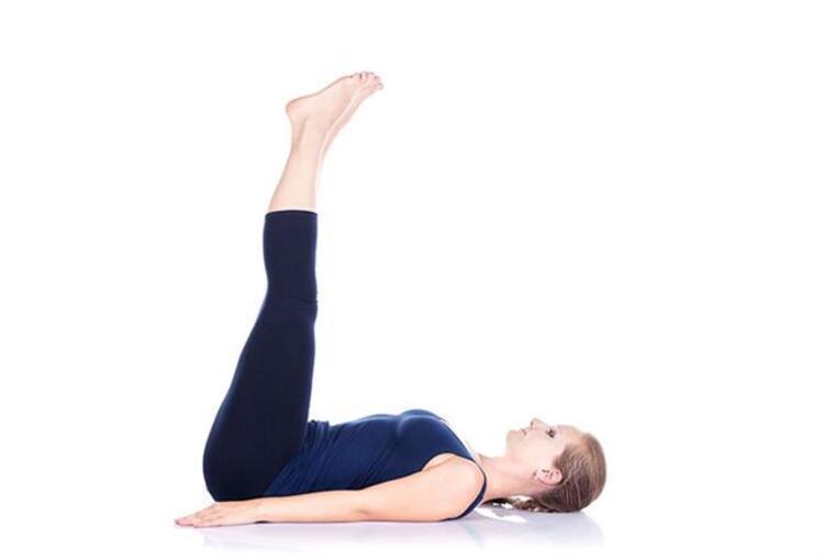 Karın kaslarımızın alt bölgelerini çalışmaya devam ediyoruz ve biraz daha zor bir hareket olan 5.hareketimiz ''Lying Legs up'';