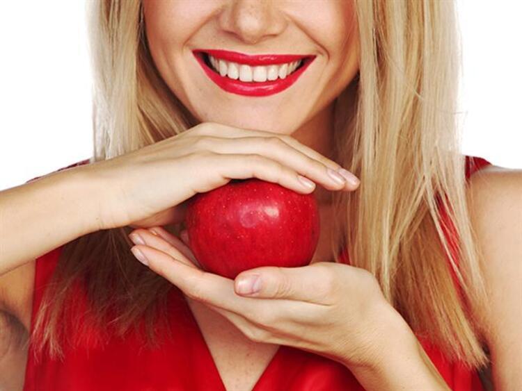 Diş ve ağız sağlığı bakımlı ve düzgün dişlere sahip olmanın ilk kurallarından. Dişlerinizi düzenli fırçalamanın ve diş ipi kullanmanın yanında yediğiniz yiyeceklere de dikkat etmeniz gerekiyor. Bazı yiyecekler dişlere zarar vererek diş çürümelerine yol açıyor. Şekere dönüşme potansiyeli yüksek olan gıdalar diş sağlığını olumsuz etkileyen listenin en başında bulunuyor. İşte dişlere en çok zarar veren yiyecekler...