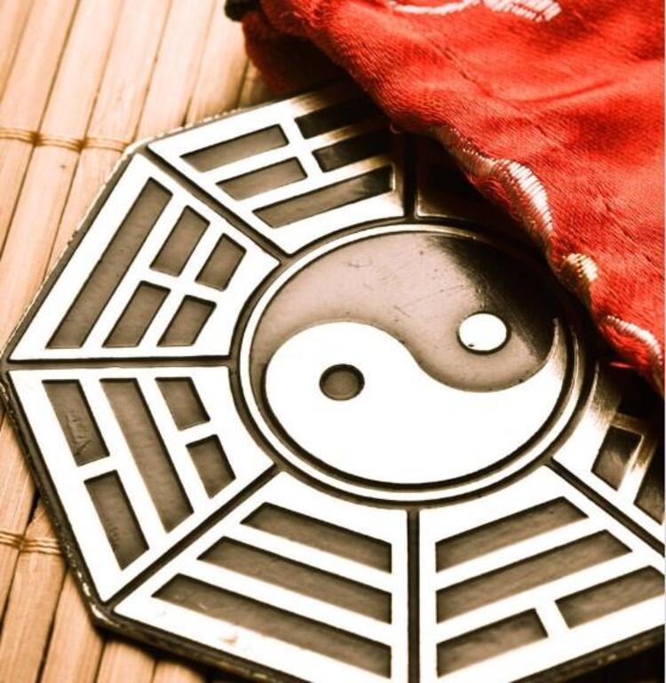 Feng Shui terimi gerçek anlamıyla Rüzgar ve Su demektir. Antik Çin bilgisine göre çevreyi anlatma şeklidir ve çevrenin insanlar üzerinde bereket ve şans olarak etkisini araştıran bir çalışmadır.Bu bilgi 6000 yıllık, ilkel insanlara kadar dayanır. İlkel insanların zor hava şartlarından ve yırtıcı hayvanlardan nasıl en iyi şekilde barınıp, suya ve yiyeceklere nasıl yakın olduklarını inceleyen bir felsefedir. Tüm bu bilgiler doğru konumlanıp, dağı ve suyu en güvenli şekilde konumlandırmayı ve en verimli şekilde yaşamayı kapsar. Zamanla bu bilgi kozmoloji, yıldızların etkisi, yönler, zaman değişimi, ve görünmeyen doğal güçler şeklinde daha soyut bilgilerle de birleşerek insanların mutluluğunu ve bereketini arttırmıştır.İŞTE 2019 YILININ FENG SHUİ ENERJİLERİ...