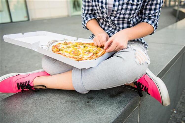 21. yüzyılın en önemli sağlık sorunlarından biri olan obezite dünyayı tehdit etmeye devam ediyor. Öyle ki dünyada 1.9 milyar erişkinin fazla kilolu, 650 milyon erişkinin de obez olduğu bildiriliyor. Ülkemizde de yaklaşık 16 milyon kişi obezite hastası. Obezitenin her geçen yıl arttığı da bir gerçek. 2030 yılında bu oranın ABD'de yüzde 47, Meksika'da yüzde 39, İngilterede yüzde 35 gibi oldukça yüksek rakamlara ulaşacağı tahmin ediliyor.Genetik mutasyonlar, diyet, yaş ve fiziksel aktiviteden etkilenen kronik bir hastalık olan obezite sadece estetik bir sorun değil, vücudun tüm sistemlerini olumsuz yönde etkileyen, bunun sonucunda pek çok hastalığa zemin hazırlayan ciddi bir problem. İç Hastalıkları Uzmanı Dr. Keramettin Şar obezitenin sıklıkla yol açtığı sağlık sorunlarını anlattı.Obezitenin sebep olduğu 11 sağlık problemi…