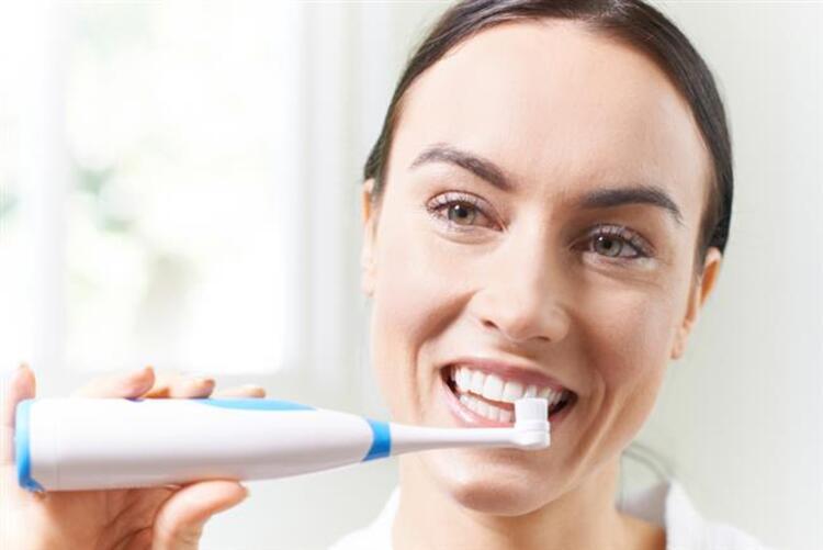 2. Dişleri yeterince fırçalamamak