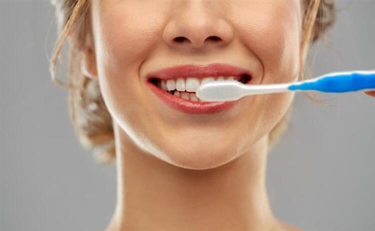 7. Sert kıllı diş fırçası kullanmak