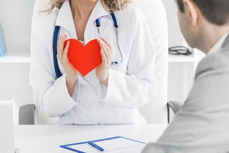 """Bilim insanlarının tedavisi için üzerinde çalıştığı kanser hastalığı, günümüzün en önemli sağlık sorunlarının başında geliyor. Dünyada her yıl 18,1 milyon kişiye kanser tanısı konarken, 9,6 milyon kişi de kanser nedeniyle yaşamını yitiriyor. Medikal Onkoloji Uzmanı Prof. Dr. Necdet Üskent, """"Türkiye'de erkeklerde akciğer, prostat, kolon ve mide kanseri daha sık görülürken, kadınlarda meme, tiroid, kolon ve mide kanserleri daha sık görülüyor. Dünyada ise sırası ile en fazla görülen kanserler akciğer, meme, prostat ve kolo-rektal kanserler. En fazla ölüme neden olanlar ise sırasıyla akciğer, kolo-rektal, mide ve karaciğer kanserleri"""" dedi, kanserden korunma yollarını anlattı.İşte kanserden korunmanın 13 yolu..."""