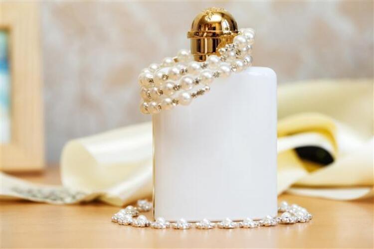 Son zamanlarda ünlü sanatçıların çoğu kendi markasını yaratıyor. Kimi makyaj malzemeleri kimi de ünlü parfüm markalarının reklam yüzü oluyor. Peki ünlüler gerçekte hangi parfümü kullanıyor sizler için hazırladık. İşte ünlüler ve kullandıkları parfümler…Kaynak Fotoğraflar