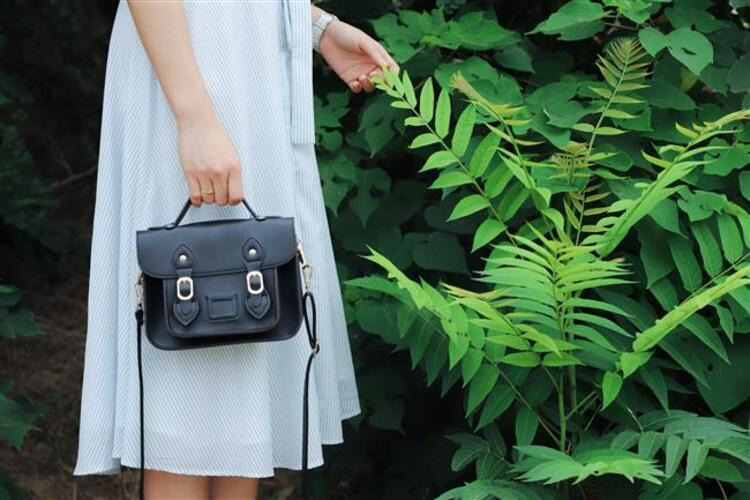 Çantalar bir kadının kombinin en önemli parçalarından birisidir. Gün içerisinde bütün ihtiyaç duyacağınız eşyaları içine sığdırabileceğini kullanışlı ve şık çantaları sizler için derledik. İşte modası geçmeyen efsane çantalar…Kaynak Fotoğraflar: