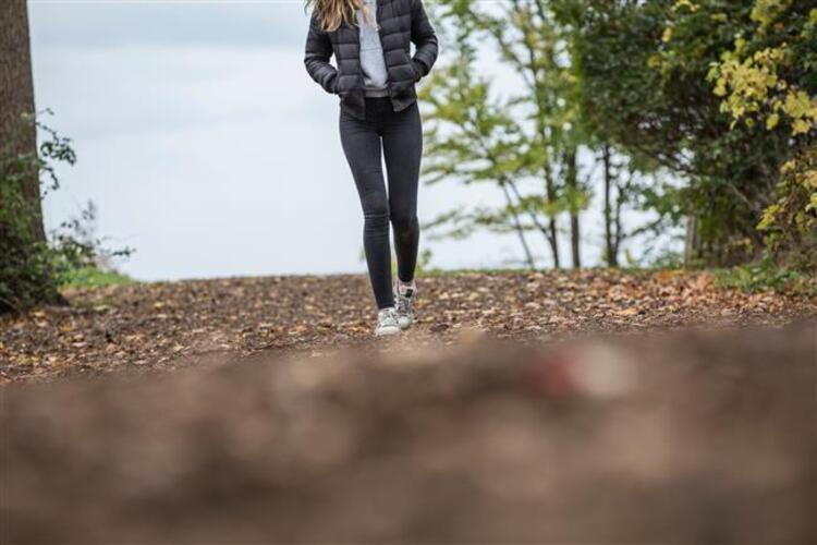 Havalar iyice ısındı, yürüyüş yapmanın, doğada olmanın tam zamanı. Yürüyüş yapmak insana hem ruh hem sağlık açısından iyi geliyor. Sporun, doğada yürüyüş yapmanın artık bir tedavi şekli haline dönüştüğünü söyleyen Aile Hekimi Uzmanı Dr. Öğr. Gör. yürüyüş yaparken dikkat edilmesi gereken noktalara değindi.Kaynak Fotoğraflar: