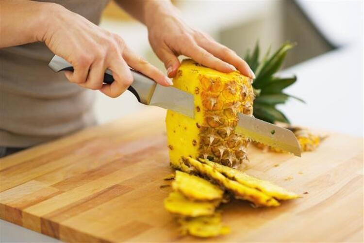 Ananas çok geniş bir yelpazede sağlığımıza fayda sunar.  Vitamin ve mineral deposu olarak en sağlıklı meyveler arasında yer alan anasın yararları sadece meyvesinde değil kabuğunda da çokça bulunuyor Tropikal lezzet içeren ananasın kendine has aroması herkesi kendine hayran bırakmaya yetiyor.  Sağlık deposu ananasın kabuğunu sakın çöpe atmayın İşte ananas kabuğunun şaşırtıcı faydaları…