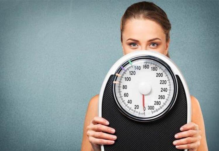 İştah ve metabolizma üzerine etkileri nedeni ile bazı hormon hastalıklarında şişmanlama, vücutta yağ dağılımının değişmesi gibi sorunlar yaşanabilir. Endokrinoloji ve Metabolizma Hastalıkları Uzmanı Prof. Dr. Serpil Salman kilo vermeyi zorlaştıran hormonal sorunları anlattı. İŞTE KİLO VERMEYİ ZORLAŞTIRAN HORMONLAR...