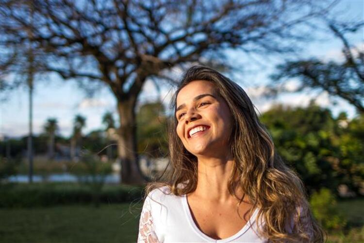 Tüketilen besinlerle mutluluk hormonları arasında güçlü bir ilişki olduğu biliniyor. Özellikle karbonhidrat içeren gıdalar mutluluk seviyesini artırmaya yardımcı oluyor. Ancak besin değeri olmayan basit karbonhidratlarla, vücudun asıl ihtiyacı olan faydalı kompleks karbonhidratların ayrımını iyi yapmak gerekiyor.  Beslenme ve Diyet Bölümü'nden Dyt. Aslıhan Altuntaş, mutluluk veren sağlıklı besinler hakkında bilgi verdi. Kaynak Fotoğraflar: