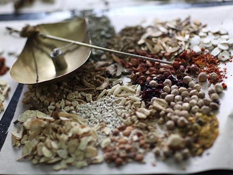 Geleneksel Çin tıbbında baharatlar yüzyıllardır çeşitli hastalıkların tedavilerinde kullanılmaya devam ediyor. Eski çağlardan bu yana Çinlilerin kullandığı en yaygın olan 10 şifalı bitkiyi sizler için bir araya getirdikİşte meyan kökünden Çin melek otuna kadar faydası saymakla bitmeyen 10 şifalı bitki...