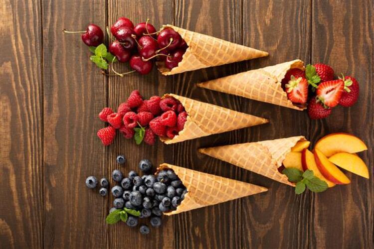 """Aslında doğru zamanlama ile doğru seçimler yaparak hem yazın yaşanan sağlık sorunlarından uzak kalabilir, hem de uzun süredir istediğiniz diyet programına başlayabilirsiniz"""" diyen Prof. Dr. İsmet Tamer, bunaltıcı sıcaklara karşı tüketebileceğiniz hem ferahlatan hem de besleyici değeri yüksek gıdaları açıkladı. İşte yaz sıcaklarında ferahlatan, besin değeri yüksek gıdalar"""