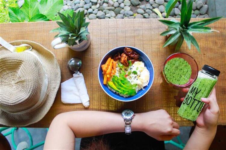 Havaların ısınmasıyla giysilerimiz incelmeye başladı. Peki ya bedenimiz Sadece diyet yapmanın zayıflama konusunda yeterli olmadığını biliyorsunuzdur. Bu nedenle sağlıklı beslenmenin yanı sıra sağlıklı aktivitelerde de bulunmanız gerekir. İşte günlük yaşantınıza dahil etmeniz gereken 6 alışkanlık… Kaynak Fotoğraflar: