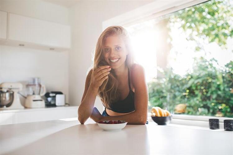 Doğru besinleri tüketerek mutsuzluğun üstesinden gelmeniz mümkün Beslenme ve Diyet Uzmanı Ayça Güleryüz, mutluluk veren 10 müthiş besini açıkladı. İşte mutlu eden 10 besin...