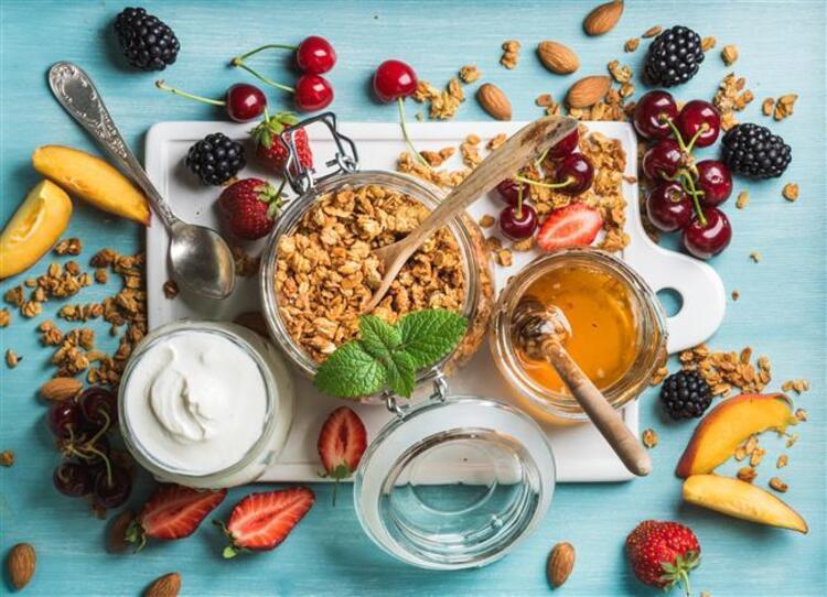 Kahvaltıda her gün aynı şeyleri yemek oldukça can sıkıcı olabiliyor. Öte yanda bazen canımız sağlıksız şeyler de isteyebiliyor. Ancak unutmayın, kahvaltı günün en önemli öğünüdür ve kahvaltıda yediğiniz şeyler günün geri kalanında ne kadar acıkıp acıkmayacağınızı, enerjinizin seviyesini ve canınızın abur cubur isteyip istemeyeceğine etki eder.İşte size protein deposu, sağlıklı, doyurucu, görüntüsü kadar tadı da nefis kahvaltı önerileri…