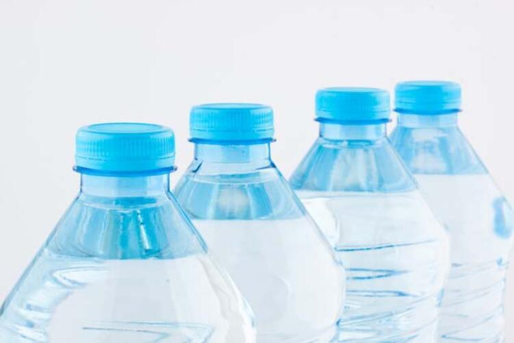 Plastik şişeden su içmek