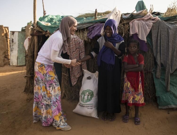 Gamze Özçelik Sudan'da - Son Dakika Magazin Haberleri - (5/12)