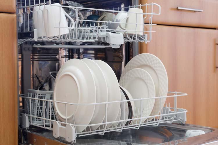 İnce porselenlerinizi bulaşık makinesine koyuyorsunuz.