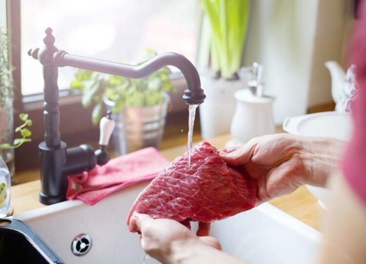Eti pişirmeden önce yıkıyorsunuz.