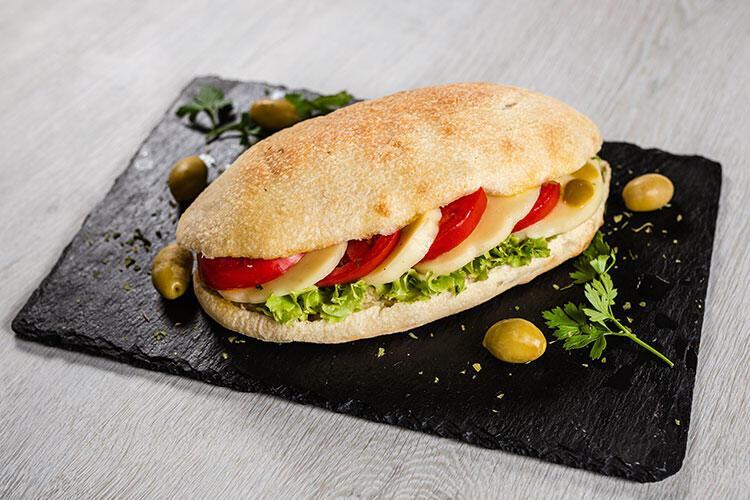 Zeytin salatalı ve sebzeli sandviç tarifi
