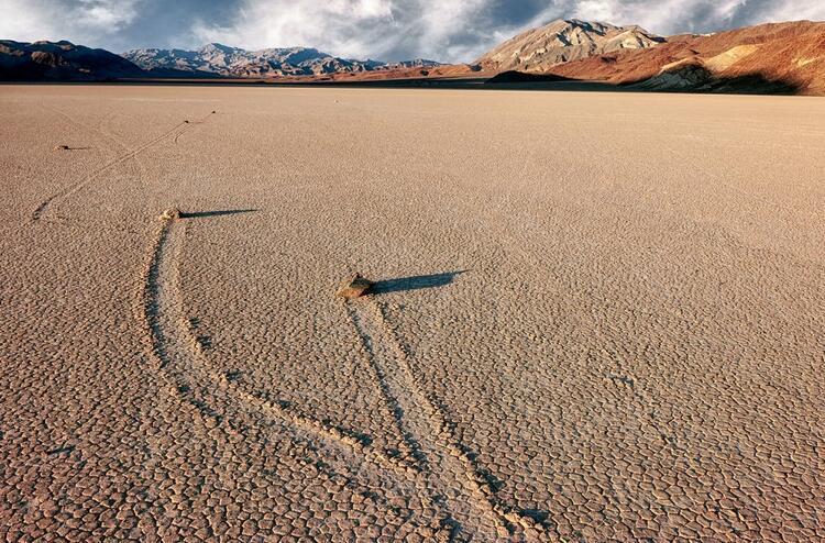 2- Ölüm Vadisindeki yürüyen kayalar,  ABD