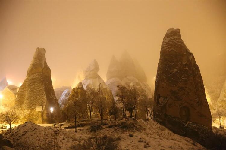 Kapadokyada kar güzel görüntüler oluşturuyor