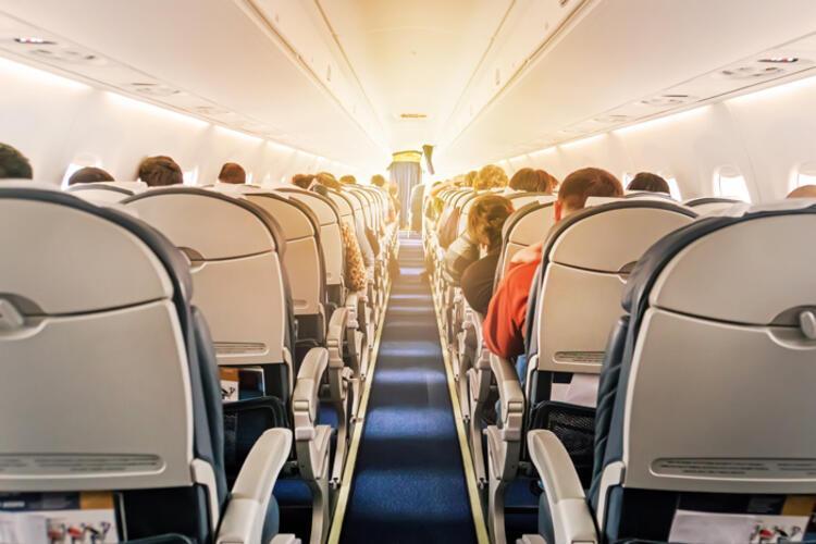 Uçakla yolculuk yapan bir kişinin yakınındaki kişiden virüs kapma ihtimali var mı
