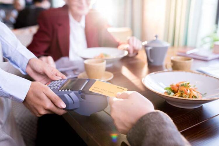 Kredi kartını ortaya atıyorsa