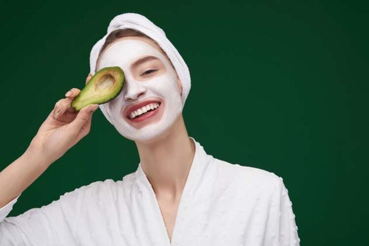 1) Kivi ve avokadolu yüz maskesi