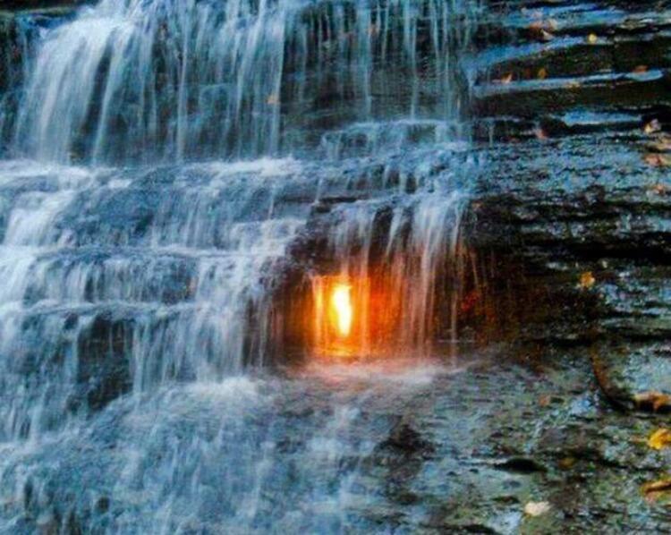 Şelalede sönmeyen ateş: Eternal Flame Falls / (Amerika, New York)