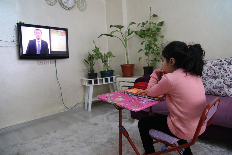 TV yayınını izleyen çocuğumun öğretmenine soru sorma ihtiyacı olursa ne yapabilirim