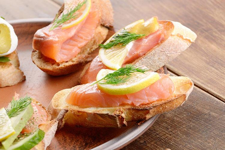 Focaccia ekmeğinde somon füme tarifi